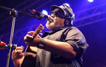 O poeta do samba, Jorge Aragão, canta sucessos no Teatro Positivo